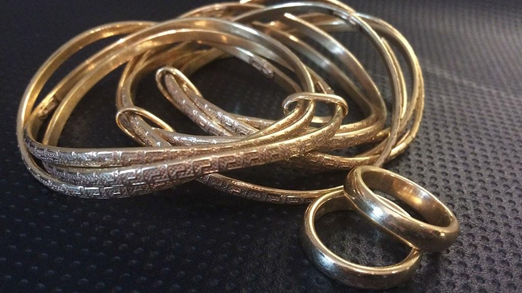 Falska guldföremål som vägpirater sålt. Foto: Polisen