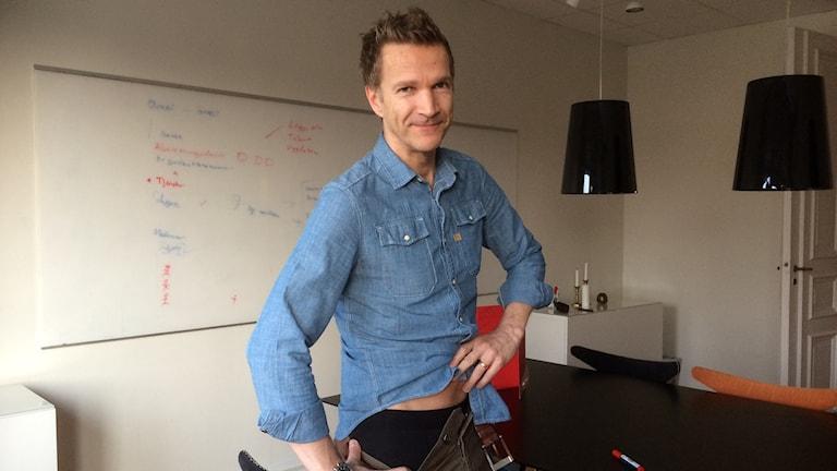 Mattias Jonsson med sina turbringande svarta bortakalsonger. Foto: Carina Bergqvist/Sveriges Radio