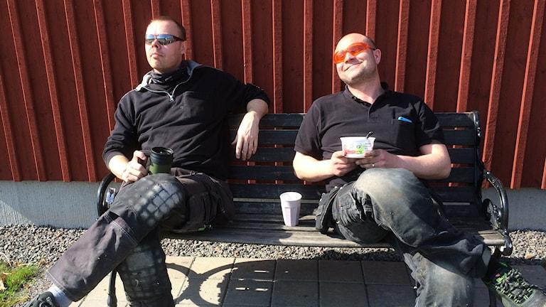 Henric Hansen och Michael Olofsson tar sin lunch ute i solen i Kosta.