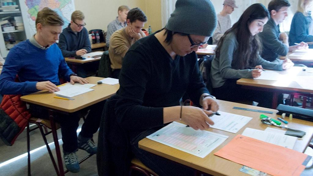 Ett antal personer skriver Högskoleprovet.