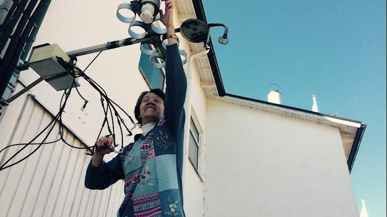 Eva Hellgren-Larsson tar prover på luftkvalitén
