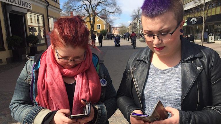 Anja Tapper och Johanna Lindholm som har dignaosen ADHD. Tittar ner i sina mobiltelefoner.