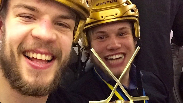 Oscar Fantenberg och Jacob Larsson firar SM-guldet