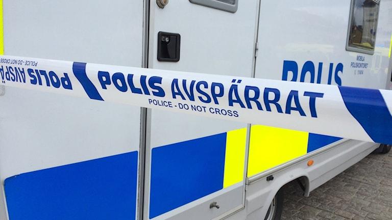 Polisbil med avspärrat band