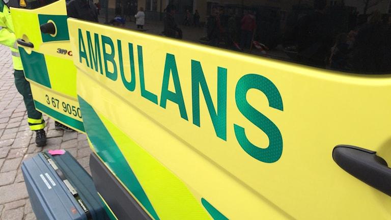 En dörr på ambulans.