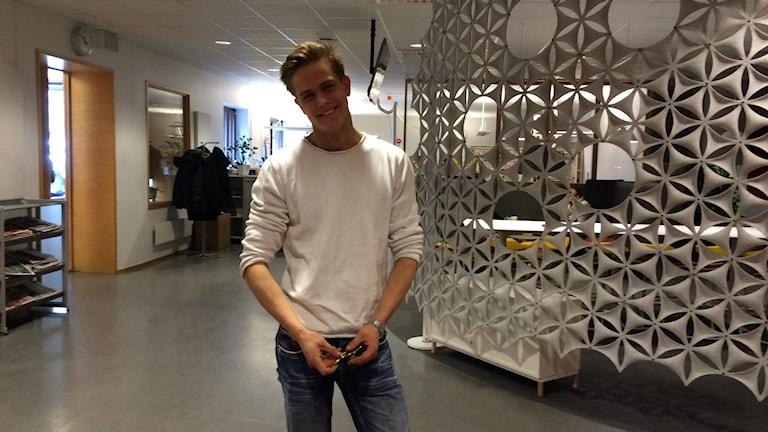 Modellen Philip Bogren står och posar inför kameran som när han är modell.