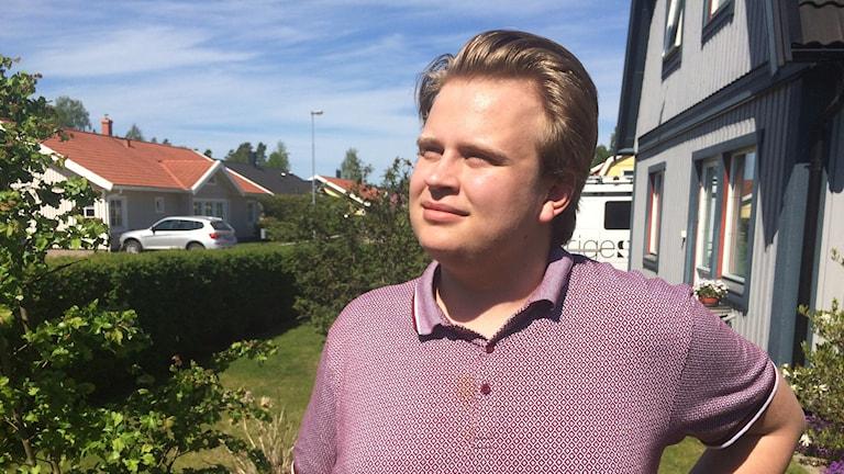 Narkolepsidrabbade Andreas Gustavsson i bild tittar mot solen.