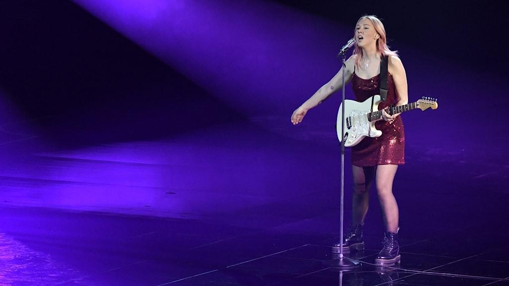 Clara Klingenström på scenen i Melodifestivalen.