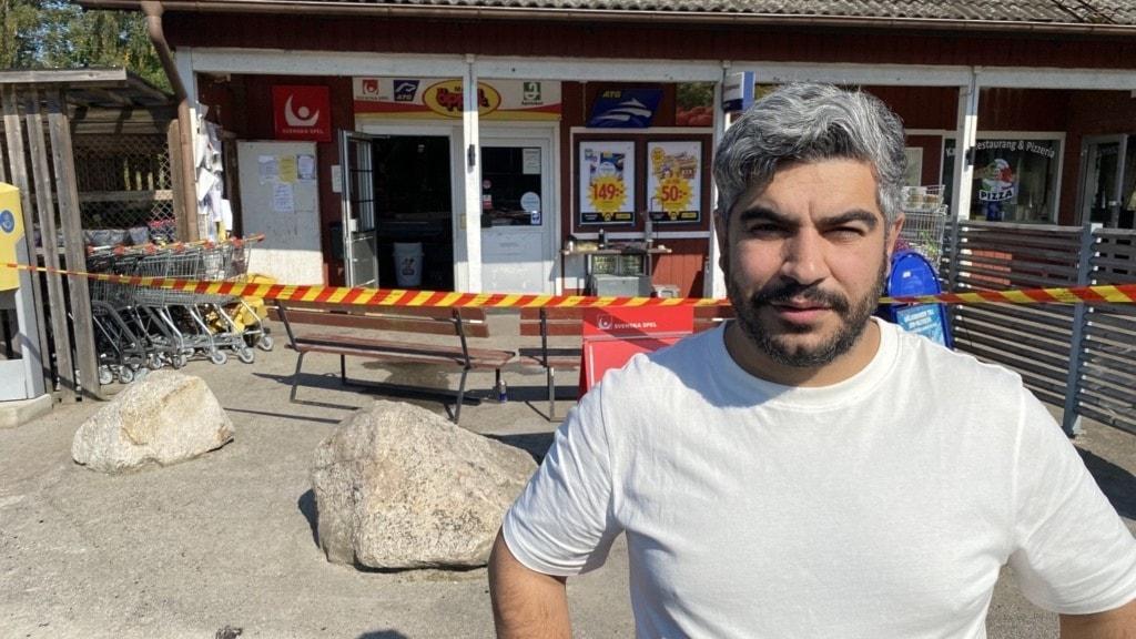 Fastighetsägaren framför sin butik i Urshult