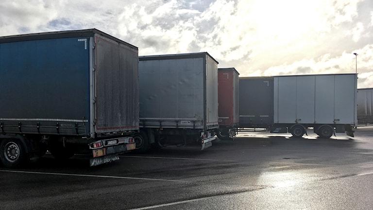 Lastbilar på parkeringsplats.