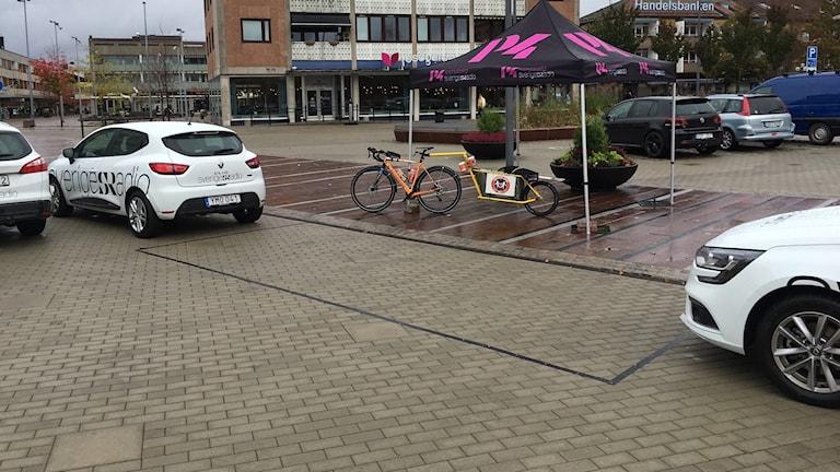 Två radiobilar står uppställda på torget i Ljungby.