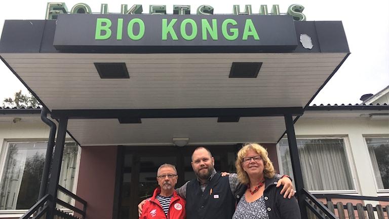 Nils Holmqvist, Mats Malmhav och Pia Söderling utanför Folkets hus i Konga.