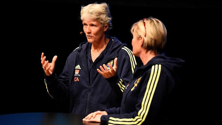 Svenska landslagets Pia Sundhage och Lilie Persson på damallsvenskans upptaktsträff.