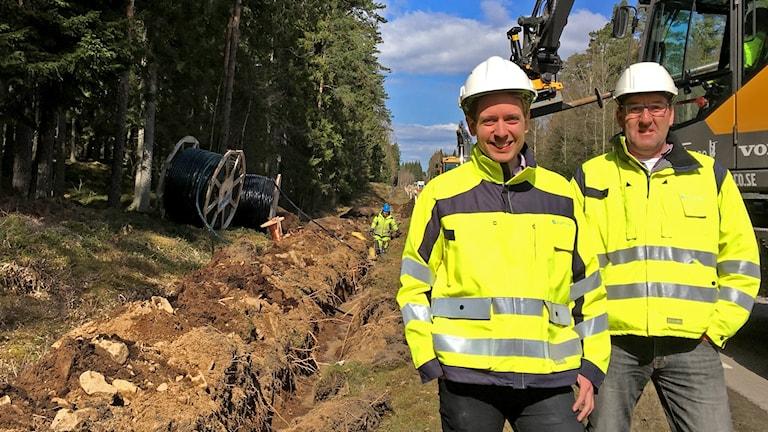 Pressansvarig Mattias Brage och projektbeställare Magnus Freij ute vid grävningen.