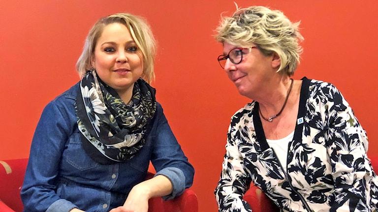 Denice Danielsson och Yvonne Malmgren sitter i varsin fåtölj. Yvonne tittar på Denice.