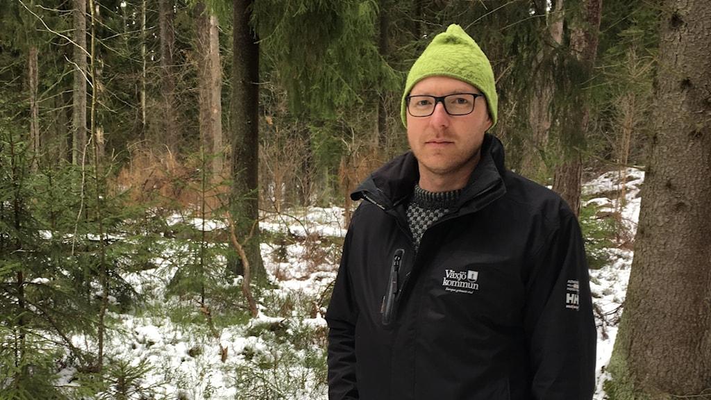 Kommunekolog i Växjö kommun Martin Unell står i skogen.