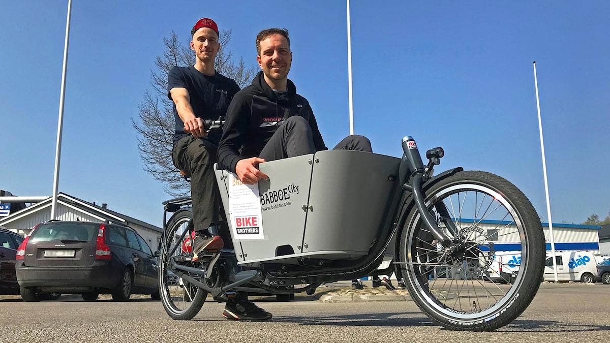 Två män i en lådcykel