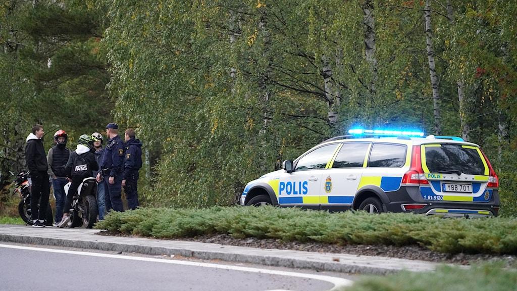En polisbil på plats där en olycka inträffat.