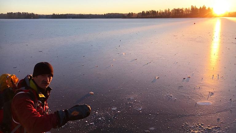 Friluftsfrämjandets Sune Emanuelsson vid Helgasjöns is.