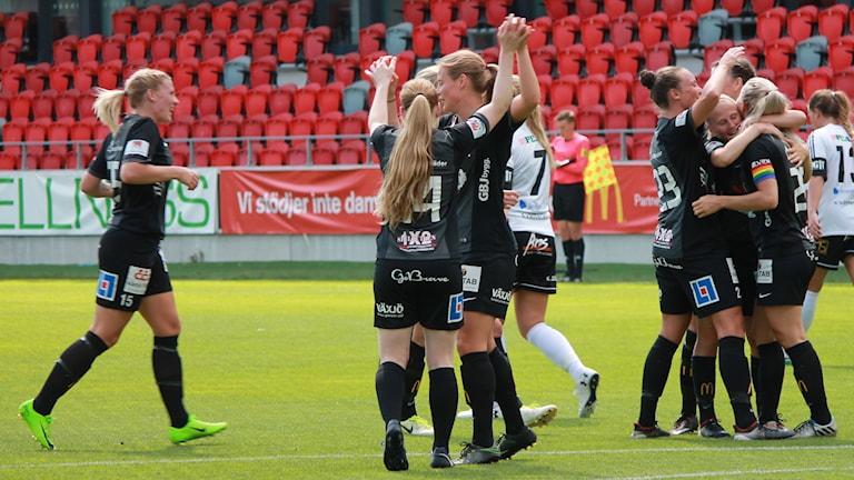 Växjö DFF firar ett fotbollsmål