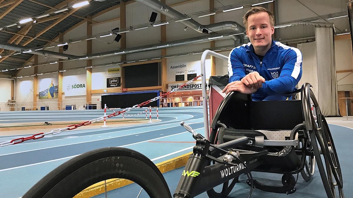 Niklas Almers sitter i sin rullstol på tre hjul
