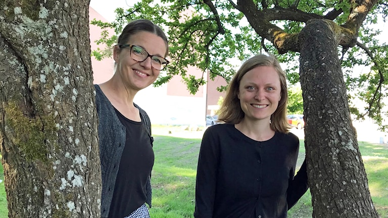 Planarkitekten Johanna Kihlström tillsammans med Älmhults miljöstrateg Cecilia Axelsson. De står vid ett träd i Blenda parken i Älmhult.