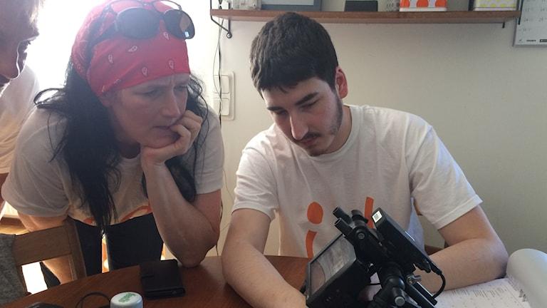 Julian Jukas visar sin mamma Tina Jukas resultatet av den senaste filmade scen på en skärm som han håller i.