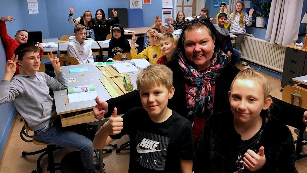 Stina Fyhrlund och Sixten Persson med klassen och sin lärare bakom sig.