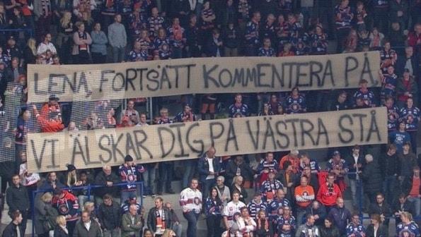 Fansen hyllar CMores kommentator Lena Sundqvist genom att hålla upp banderoll med texten: Lena fortsätt kommentera på, vi älskar dig på västra stå.