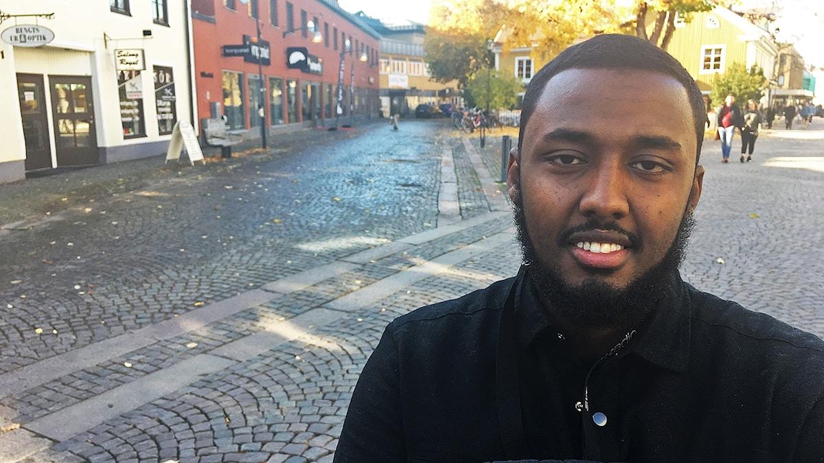 Abdi Bashir står på Storgatan i Växjö.