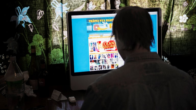 En man vid en dator.