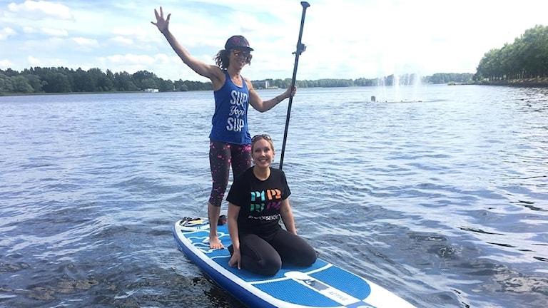 Maria Helttunen tillsammans med Anna Maslovskaya ute i Växjö sjön på en paddelboard.
