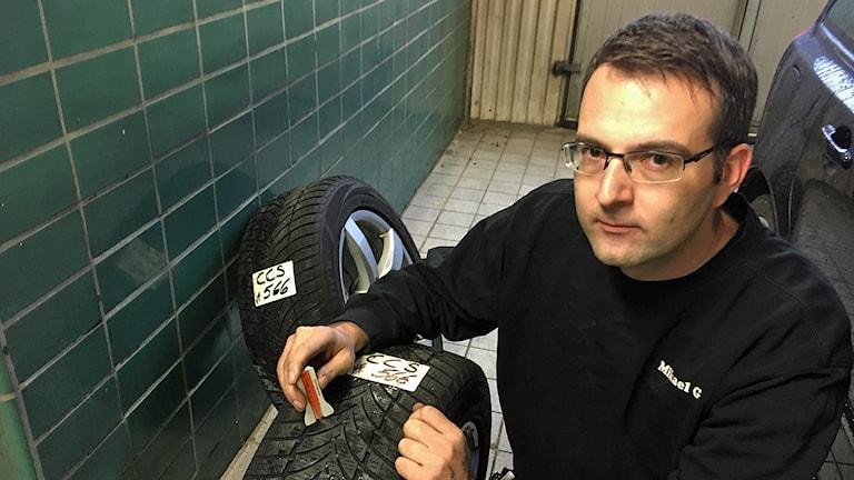 Mikael Gustavsson mäter mönsterdjupet på ett däck.