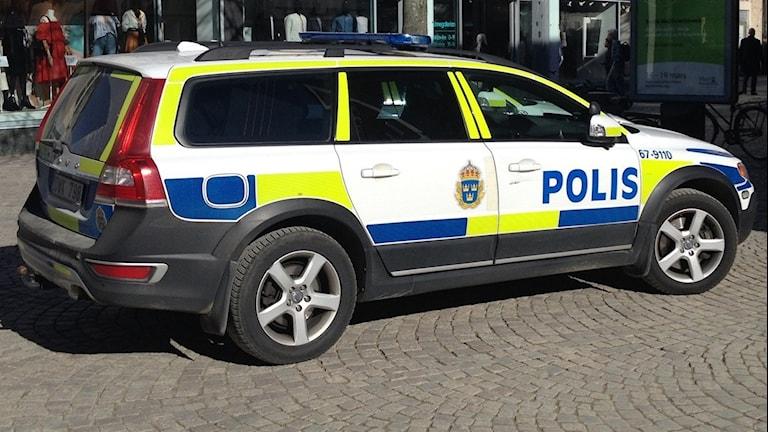 Polisbil på Storgatan i Växjö