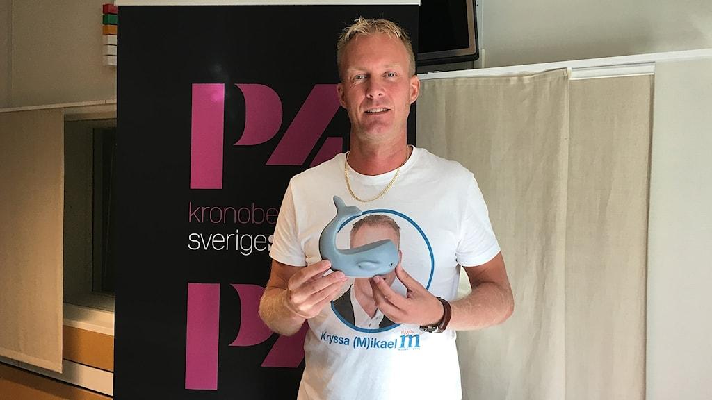 Mikael Johansson står i P4 Kronobergs studio och håller i vår valspels-val.