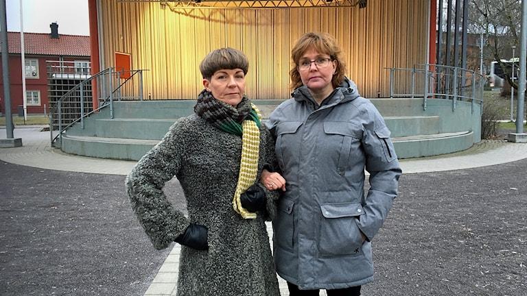 Marie Eriksson och Anette Nerlie står bredvid varandra i Linnéparken.