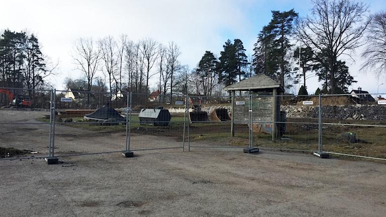 Staket är uppsatta i Folkets park. Bakom syns massa olika träd.