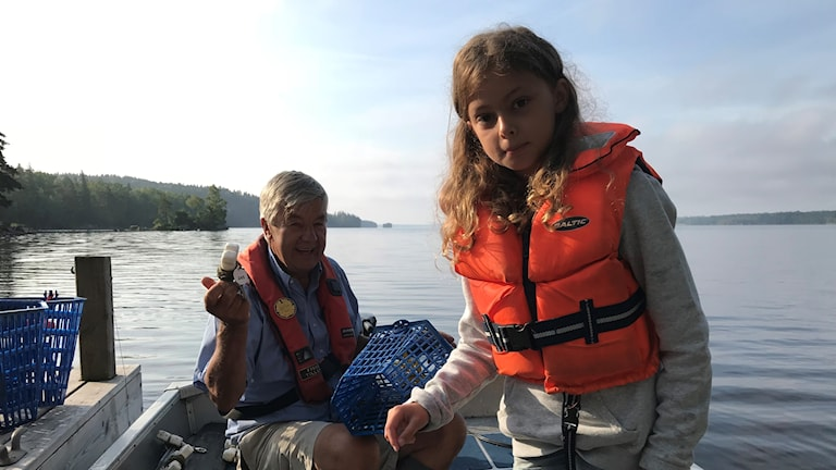P-A Terss och Vera Karlberg fiskar kräftor i Helgasjön.
