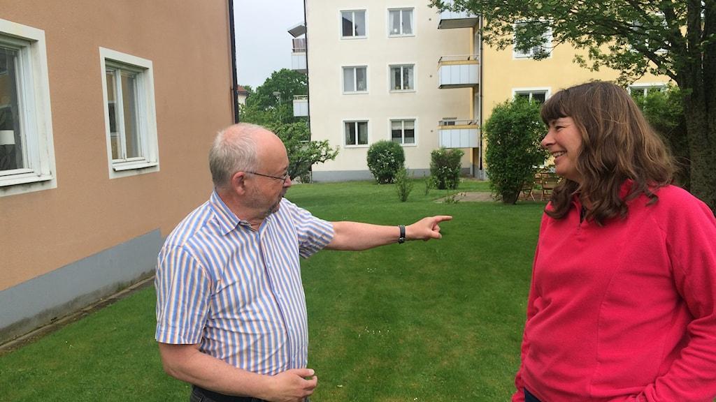 Jan Johansson, vicevärd och Tatjana Kledzik, ordförande i Bostadsrättsföreningen Gustavsberg står utanför ett bostadsområde.