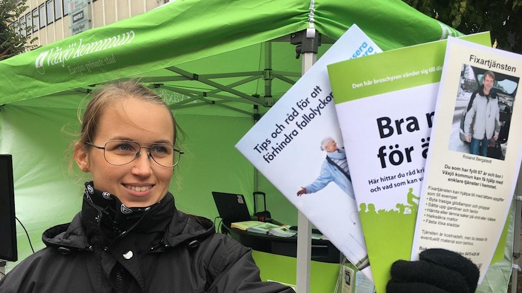 I bild Josefin Forsgren fysioteraput som visar upp sina broschyrer.