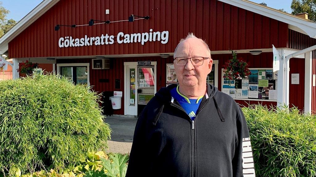 Torbjörn Frisk framför receptionen till Gökaskratts camping.