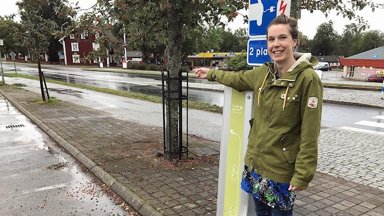Åsa Garp och en laddstolpe i Lessebo