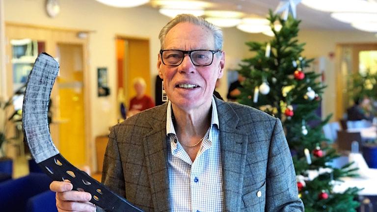 Owe Svensson håller i en bandyklubba