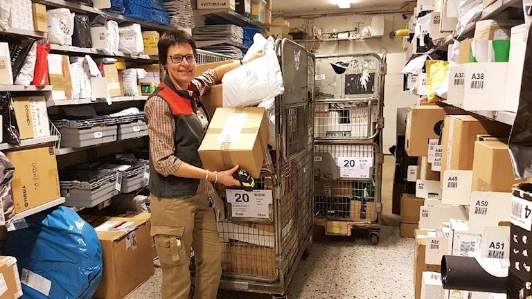 Eva Samuelsson visar upp alla paket på lagret.