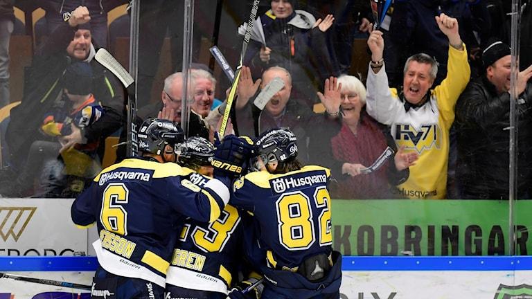 Hockeyspelare jublar efter mål.