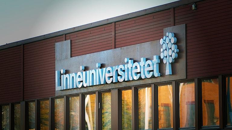 """En skylt med texten """"Linnéuniversitetet"""""""