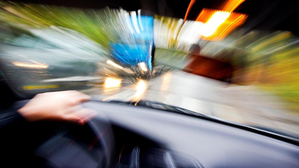 En person kör rattfull.
