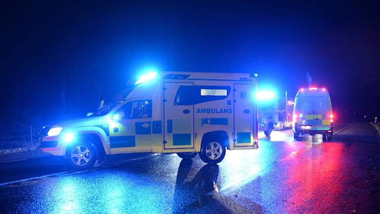 ambulans på mörk och regnig väg