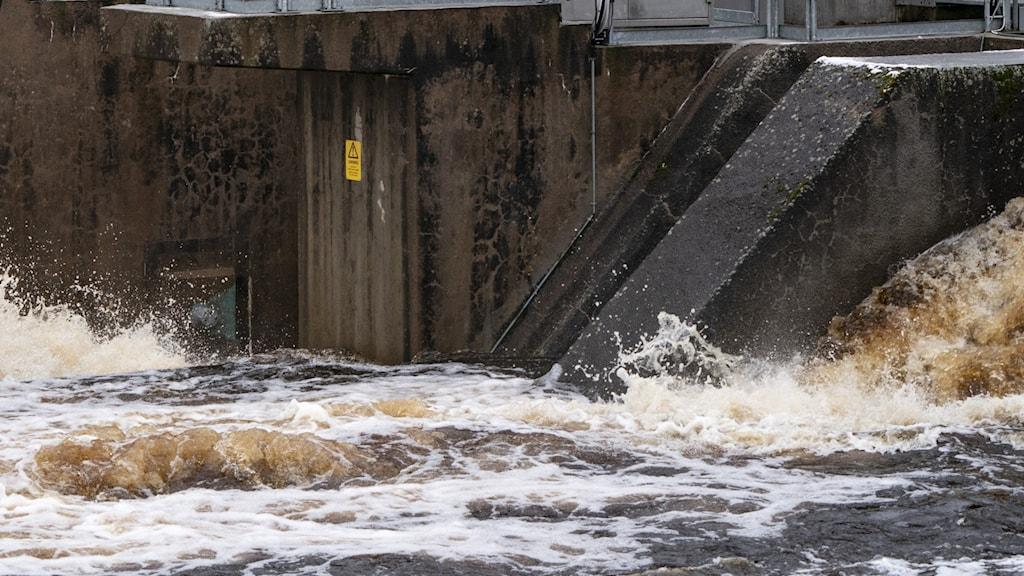 Det forsar förbi ett vattenkraftverk.