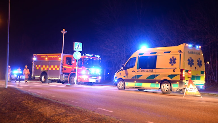 Räddningstjänst och ambulans på olycksplatsen.